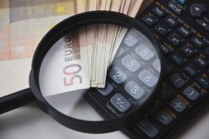 Ein Bild von einem Rechner und Geld