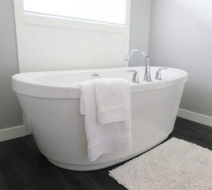 eine weiße Badewanne