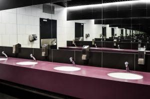 Ein Bild mit mehreren Waschbecken